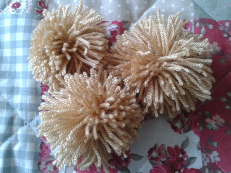 makes several pompoms all at once!